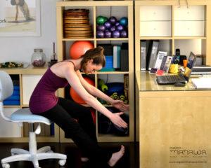 4 exercícios de Pilates que você pode fazer no trabalho - rolamento para baixo