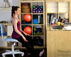4 exercícios de Pilates que você pode fazer no trabalho - rolamento para baixo 2