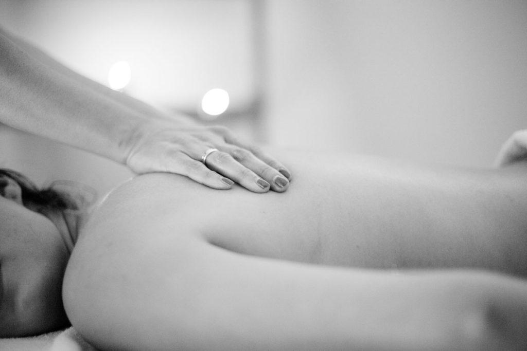5 formas de manter a sua coluna saudável - massagem